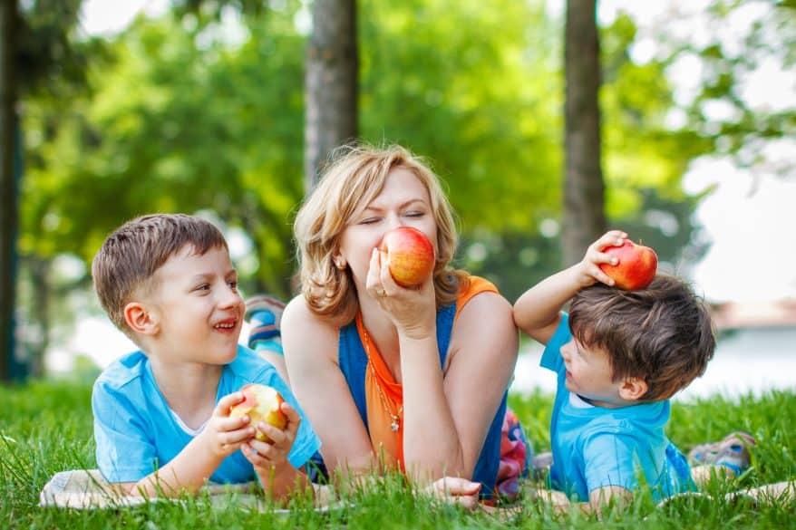 mom and kids picnic